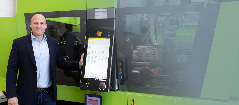 Produktionshalle Maschinen Kunstoffindustrie